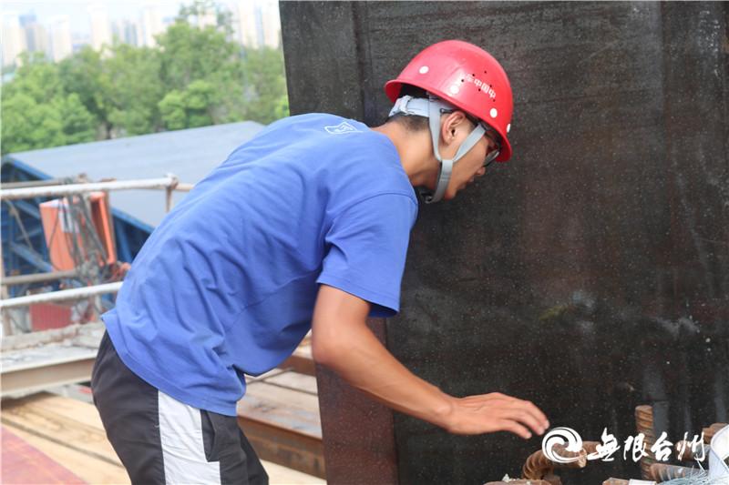 图为技术员赵维超在检查商海北街特大桥64#梁体模板.JPG